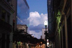 fotografia tirada em 29 de março de 2008 da rua do Rosário com a visão da Praça XV às 19h24min