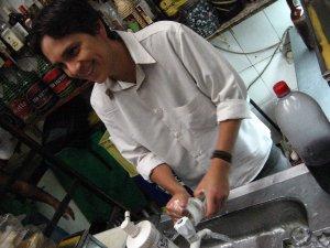 Felipe Quintans, o Felipinho Cereal, lavando copos no RIO-BRASÍLIA, na Almirante Gavião, na Tijuca