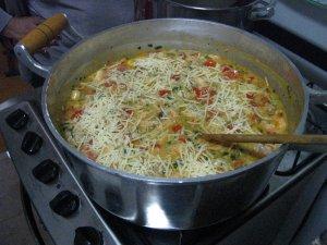 risotto de camarão sendo preparado...
