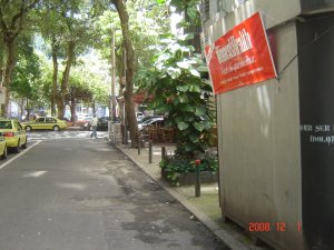 visão da calçada em frente à CASA BRASIL, na Praça São Salvador, em Laranjeiras, foto de Daniel Liberto