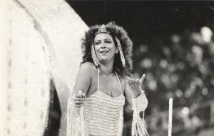 Beth Carvalho desfilando pela Unidos do Cabuçu em 1984, foto do acervo pessoal de Beth Carvalho
