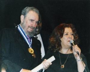 Beth Carvalho entregando o título de Cidadão Carioca para Fidel Castro, na UERJ, no Rio de Janeiro, foto do acervo pessoal de Beth Carvalho